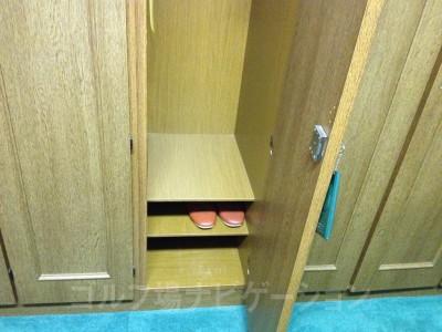 ロッカー下部。靴とスリッパを収納する場所が分かれているのはいいですね。