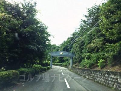 県道から敷地に入ってからも結構走ります。