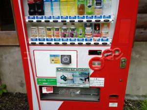 自動販売機は小銭要らず。スコアホルダーのICチップでプレイ代と一緒に精算できます。