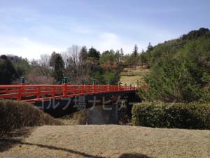 2番ホールへは和風の橋を渡ります。