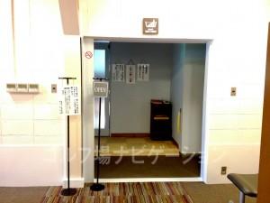 ロッカールームの奥にある入口