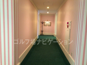女性ロッカールームへ向かう廊下