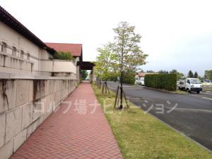 練習場への道3~左手に建物を見て歩きます。