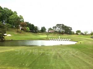 池付近からグリーンまで100ヤードちょっと。無理せずセカンドは刻むのが安全。