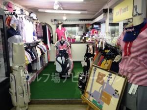 JUN&ROPE関連のゴルフ用品、特に服がたくさん売られています。