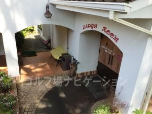 女子ロッカールームと浴室はクラブハウスから離れた別棟「セカンドハウス」の1階にあります。