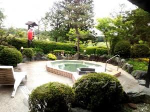 露天風呂。赤ちょうちんはちょっと違和感あります^^; 隣には五右衛門風呂が2つあります。