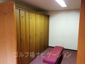 女性ロッカールーム。男性より狭いです。