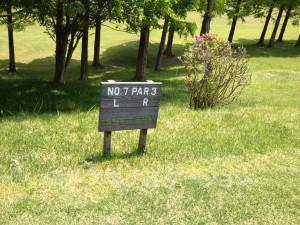 るり渓ゴルフクラブ-中コース7番ショートホール。フロントティからの距離表示。