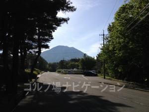 道路を超えます。左手に大山が見えますよ♪