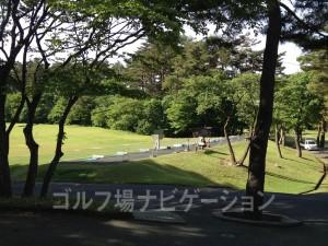 木々の間から練習場が見えてきます。