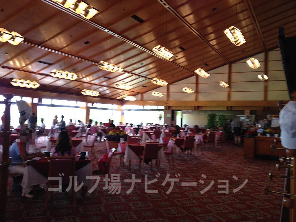 隣のテーブルとのスペースが広く取られたゆっくり寛げるレストラン。ピンボケすみません。