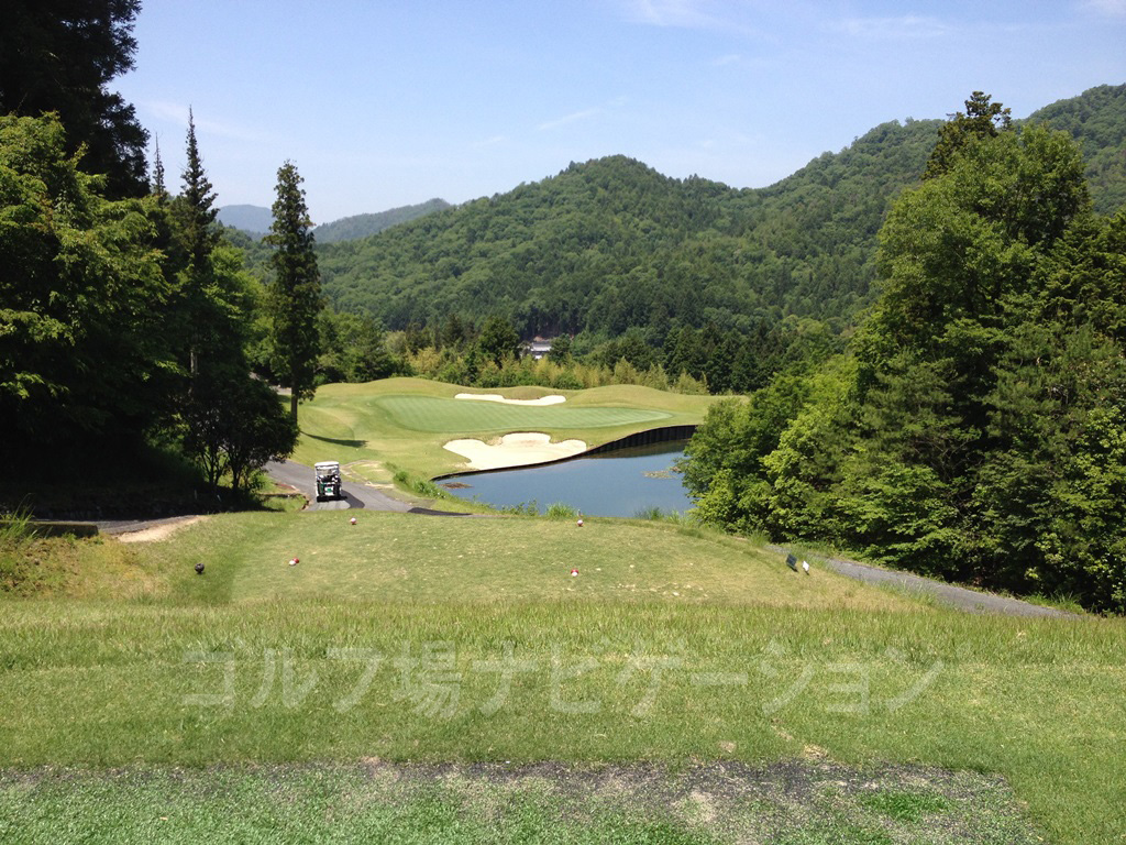 サングレートゴルフ倶楽部 グリーン手前のバンカーと池に注意