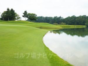 グリーンの右サイドは傾斜で池に落ちるので注意。