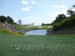 松コース2番ショートホール、フロントティからの眺め。池越えの打ち下し。ティグランドが人工芝。