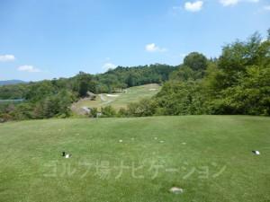 松コース5番ミドルホール、フロントティからの眺め。やや打ち下しで谷越え。
