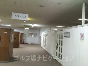 右のパーティションの奥が男性ロッカールーム。天井が空いてるのが気になります。