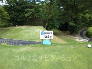 大阪ゴルフクラブ INコース18番ショートホール、フロントティの距離表示
