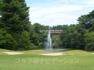 左に噴水のある池があるが、まず落とさないでしょう。