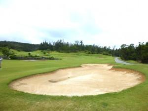 台風8号でバンカーの砂が流れ出てしまっていました。