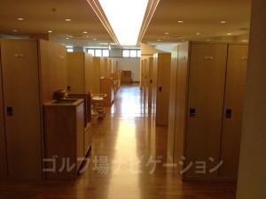 ホテルの宿泊客も利用するので、かなり広いロッカールームとなってます。