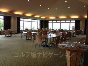 ホテルの宿泊客も利用するレストランなので結構広いです。