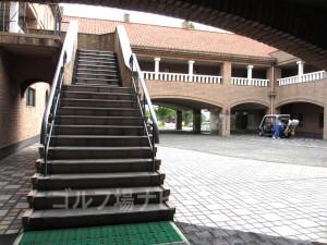 マスター室右手横を過ぎると2階レストランへ通じる階段があります。