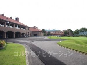 左がクラブハウス、右が宿泊施設のロッジ