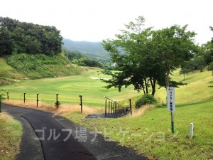右の階段を下るとドライビングレンジ、左の通路を行くとバンカー練習場があります。