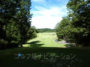 富士スタジアムゴルフ倶楽部 北コース INコース16番ロングホール、バックティからの眺め。打ち出しが狭く、右手の池が気になります。