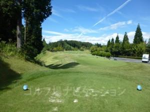 富士スタジアムゴルフ倶楽部 北コース OUTコース5番ロングホール、バックティからの眺め。左右が狭そうに見えます。