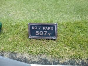 富士スタジアムゴルフ倶楽部 北コース OUTコース7番ホール、バックティからの距離は507ヤード