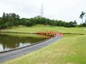池と橋が美しい。グリーンは砲台