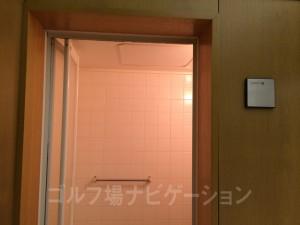 1つだけ独立したシャワー室があります。