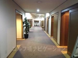 ロッカールーム入口。落ち着いた感じは好感が持てます。
