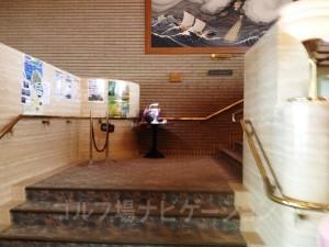 レストランは階段で2階
