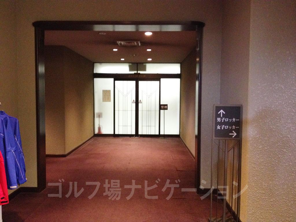 プロショップを通り過ぎたところにロッカールームがあります。