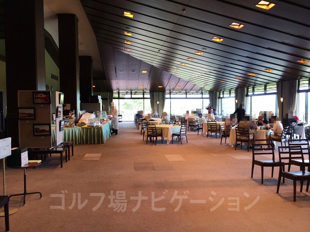 レストランはクラブハウス2階にあります。テーブル間のスペースは広め。