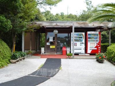 流行らなくて閉めたらしい茶店跡。自動販売機があるのでドリンクを買い忘れた場合に助かります。
