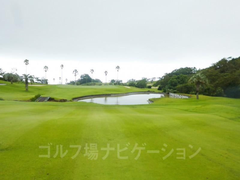 Kochi黒潮カントリークラブ 太平洋コース7番ホール、グリーン前の池