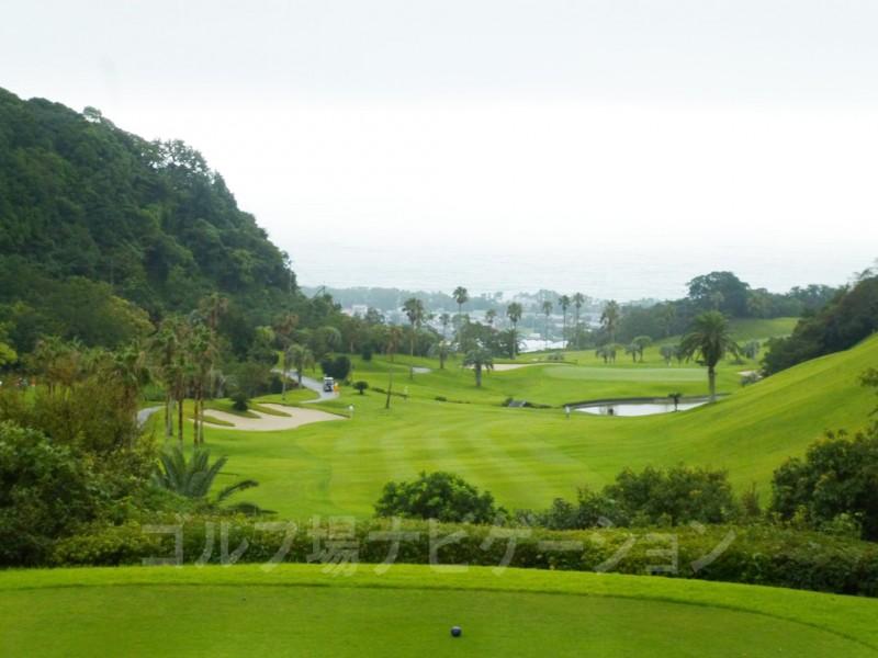 Kochi黒潮カントリークラブ 太平洋コース7番ホール、バックティからの眺め。