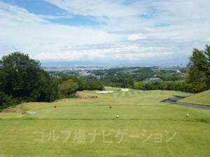 大阪平野を見渡せます。大阪市内のビル群、あべのハルカスも見えますよ。