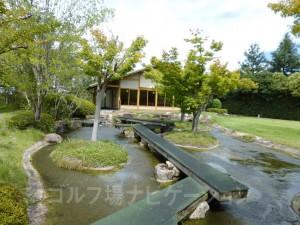 4番ホール終了後、歩いて茶店へ。小川を渡す橋が風情があって良いですね。