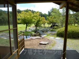 茶店入口から小川方向の写真。美しい庭園みたいですね。