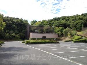 練習場はクラブハウス横の駐車場の奥にあります。