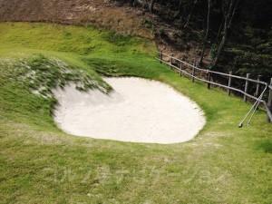 アプローチ練習場の横にバンカーの練習場もあります。砂はサラサラです。