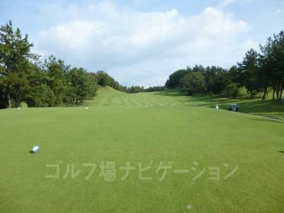 瀬田ゴルフコース北コース 1番ホール、レギュラーティからの眺め。やや打ち上げ