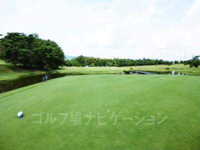 瀬田ゴルフコース北コース6番ショートホール、レギュラーティからの眺め。距離あります。