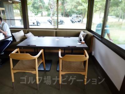 テーブル。奥がソファーなのがいい。お洒落です。
