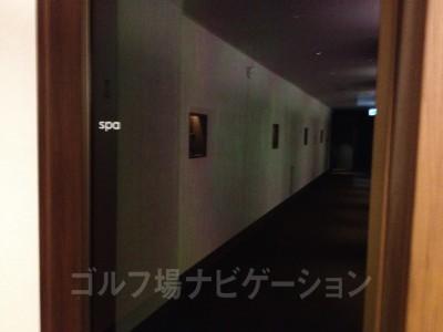 ロッカールームの奥にスパの入り口があります。